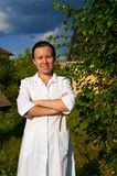 Doutor de sorriso alegre da mulher ao ar livre Fotos de Stock Royalty Free