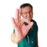 Doutor de sorriso com o gesto aprovado isolado. Imagem de Stock