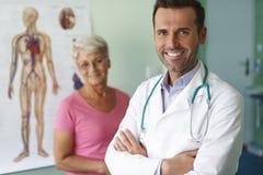 Doutor de sorriso com paciente Fotografia de Stock