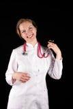 Doutor de sorriso em um vestido de limpeza branco Imagem de Stock