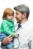 Doutor de sorriso no macacão branco com estetoscópio Fotografia de Stock