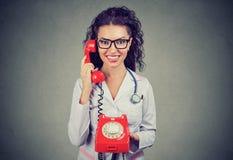 Doutor de sorriso que fala no telefone imagens de stock