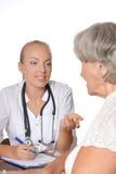 Doutor de visita da mulher idosa fotos de stock