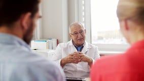 Doutor de visita dos pares na clínica do planeamento familiar vídeos de arquivo