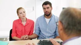 Doutor de visita dos pares na clínica do planeamento familiar video estoque