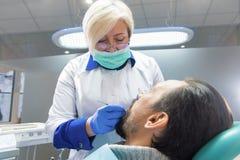 Doutor dental no trabalho fotografia de stock royalty free