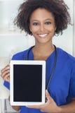 Doutor do americano africano & computador fêmeas da tabuleta fotografia de stock royalty free