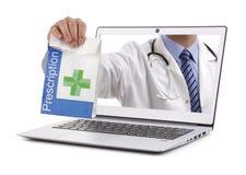 Doutor do conceito da farmácia da farmácia do Internet que guarda a prescrição imagens de stock royalty free