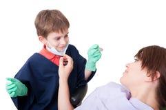 Doutor do dentista da criança com paciente fêmea foto de stock