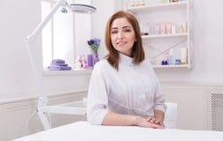 Doutor do esteticista da mulher no trabalho no centro dos termas foto de stock