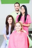 Doutor e assistentes do dentista no escritório dental fotos de stock