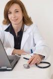 Doutor e computador foto de stock