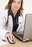 Doutor e computador fotos de stock