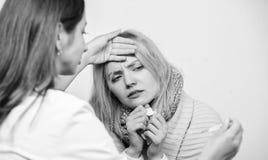 Doutor e conceito paciente Sintomas adultos da febre Tratamento e quando chamar o doutor Mulher do doutor para examinar a pessoa  foto de stock