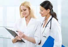 Doutor e enfermeira Fotos de Stock Royalty Free