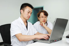 Doutor e enfermeira asiáticos imagens de stock