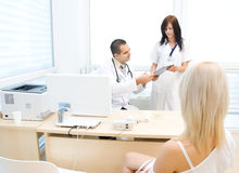 Doutor e enfermeira que falam ao paciente Imagem de Stock