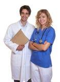 Doutor e enfermeira que riem da câmera imagem de stock