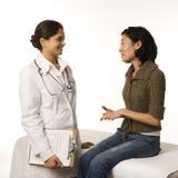 Doutor e paciente. imagem de stock