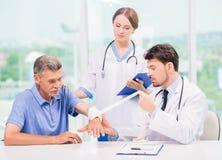 Doutor e paciente imagem de stock