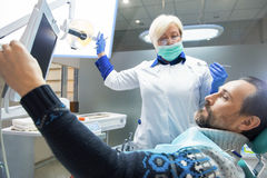 Doutor e paciente dentais imagens de stock