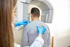 Doutor e paciente, odontologia, tomograph dental fotos de stock