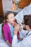 Doutor e paciente pequeno imagem de stock royalty free