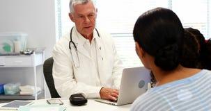Doutor e paciente que interagem um com o otro filme