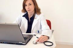 Doutor e tecnologia imagem de stock