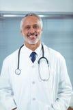 Doutor em sua mesa na clínica foto de stock royalty free