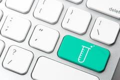 Doutor & enfermeira da medicina que trabalham com ícones médicos Imagem de Stock Royalty Free
