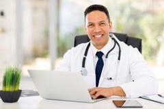 Doutor envelhecido médio Fotografia de Stock