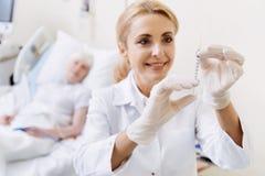 Doutor excelente puro que prepara uma injeção Imagens de Stock