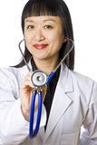 Doutor fêmea asiático Terra arrendada um estetoscópio Fotografia de Stock