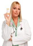 Doutor fêmea atrativo com frasco em branco Imagens de Stock Royalty Free
