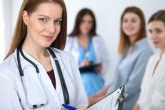 Doutor fêmea bonito novo que sorri ao consultar seu paciente Médico no trabalho Conceito da medicina e dos cuidados médicos foto de stock