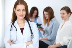 Doutor fêmea bonito novo que sorri ao consultar seu paciente Médico no trabalho Conceito da medicina e dos cuidados médicos fotos de stock royalty free