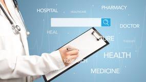 Doutor fêmea com bloco de notas Foto de Stock Royalty Free