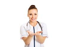 Doutor fêmea com mãos abertas Foto de Stock