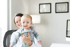 Doutor fêmea com o bebê no escritório Fotos de Stock
