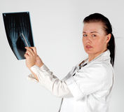 Doutor fêmea com raio X Fotografia de Stock Royalty Free