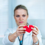 Doutor fêmea consideravelmente novo Ser Showing um coração quebrado Imagens de Stock Royalty Free