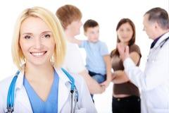 Doutor fêmea de sorriso com a família nova Foto de Stock Royalty Free