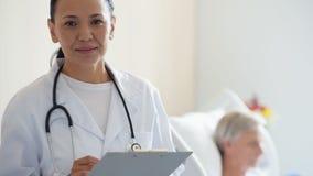 Doutor fêmea do adul alegre que está na divisão de hospital filme