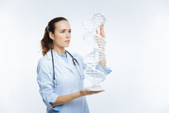 Doutor fêmea esperto que examina o modelo do ADN Imagem de Stock Royalty Free