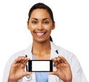 Doutor fêmea feliz Advertising Smart Phone Imagens de Stock