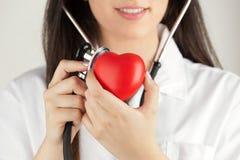 Doutor fêmea feliz com estetoscópio Foto de Stock Royalty Free