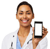 Doutor fêmea feliz Promoting Smart Phone Fotografia de Stock Royalty Free