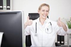 Doutor fêmea feliz Showing Two Thumbs acima Fotografia de Stock Royalty Free