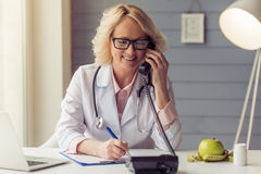 Doutor fêmea idoso bonito Foto de Stock